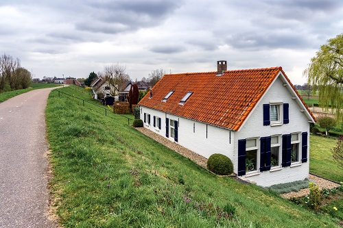 Huis met rode dakpannen