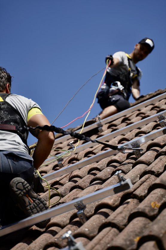 Dak monteurs het kabeltraject aan het installeren